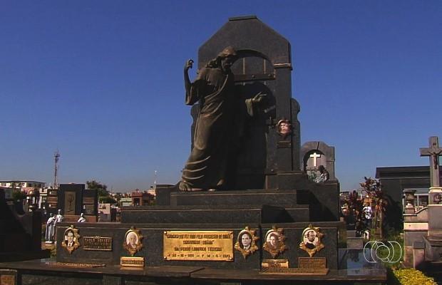 Jazigos de cemitério em Goiânia são ricos em detalhes e contam com esculturas (Foto: Reprodução/ TV Anhanguera)