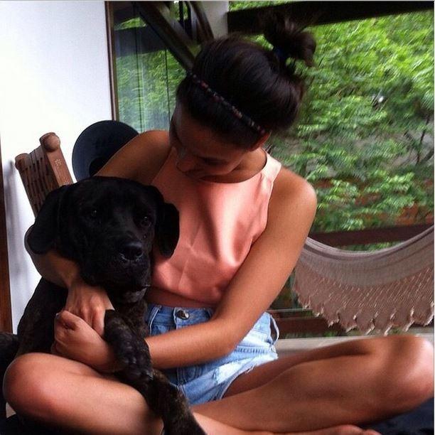 Isis Valverde posa com cachorra (Foto: Instagram)