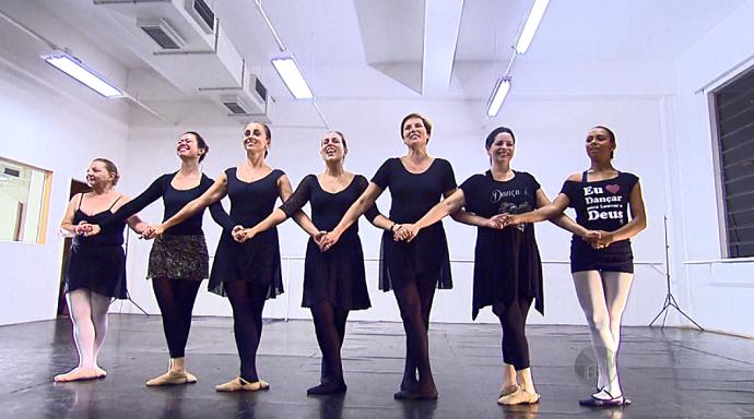 A animação rola solta no grupo de mulheres que não deixam a idade impedí-las de danças ballet (Foto: reprodução EPTV)