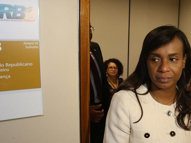 Deputada Tia Eron (PRB- BA) deixa gabinete da liderança do PRB na Câmara dos Deputados, nesta terça (7) (Foto: André Dusek/Estadão Conteúdo)