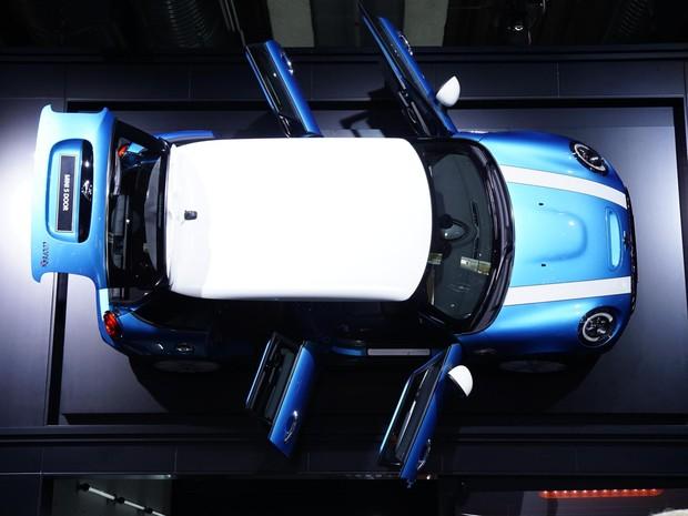 É a primeira vez em 55 anos que a Mini tem um carro com 4 portas (Foto: Divulgação/Newspress)