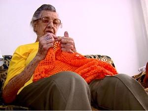 Durvalina tem 85 anos e precisa renovar documento para o filho receber o salário (Foto: Reprodução/EPTV)