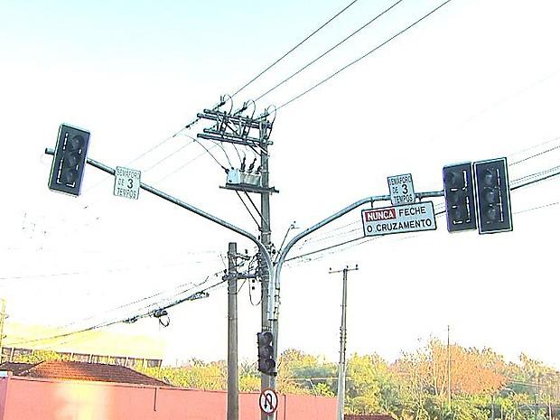 Semáforos ficaram apagados durante a manhã desta quarta-feira (16) (Foto: Paulo Souza/EPTV)