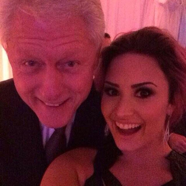 Já Demi Lovato posou com o ex-presidente norte-americano Bill Clinton em fevereiro deste ano. (Foto: Twitter)
