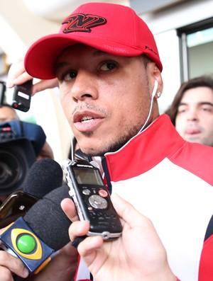 Luis Fabiano São Paulo desembarque (Foto: Renato S. Cerqueira/FUTURA PRESS)