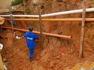Barranco desabou em muro após chuva em São Lourenço (Foto: Reprodução EPTV)
