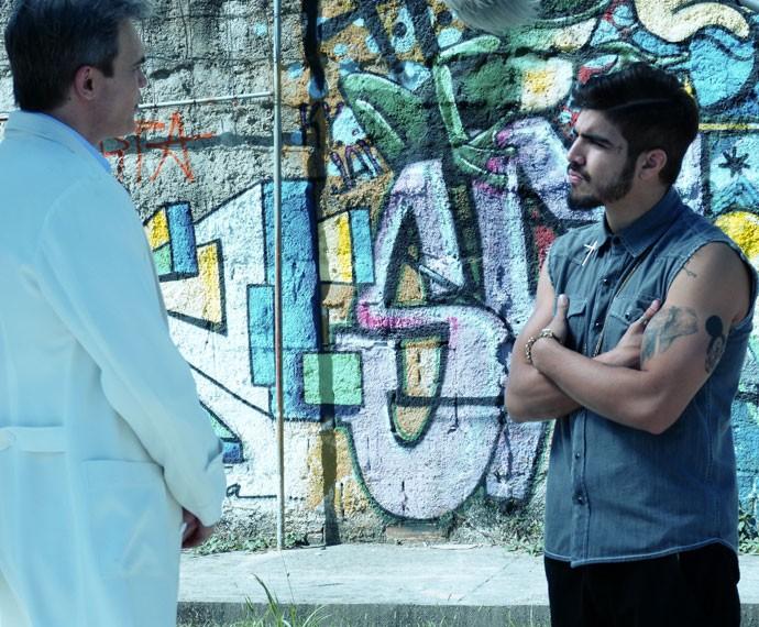 Grego ouve atentamente ao que Tomás tem a dizer (Foto: Bruna Magalhães/Gshow)
