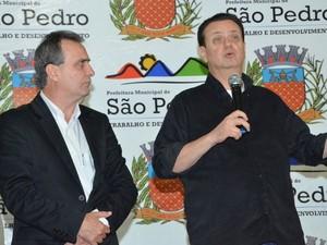 Ministro Gilberto Kassab fez anúncio de 1 mil casas populares ao prefeito de São Pedro Hélio Zanatta  (Foto: Priscila Fantato/ Prefeitura de São Pedro)