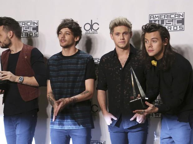Os integrantes da boyband britânica One Direction posam nos bastidores com o troféu conquistado na cerimônia deste domingo (22) em Los Angeles (Foto: David McNew/Reuters)