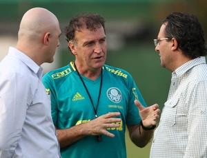 O vice presidente Mauricio Galiotte, o técnico Cuca e o diretor de futebol Alexandre Mattos (Foto: César Greco / Ag. Palmeiras / Divulgação)