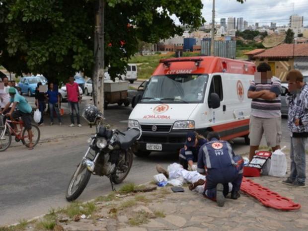 Homem foi atropelado por carro após tentar assaltar mulher na Bahia (Foto: Anderson Oliveira / Blog do Anderson)