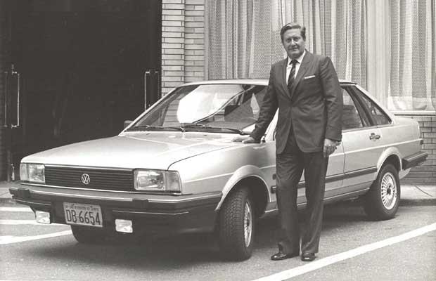 Wolfgang Sauer ao lado do VW Santana, em 1984 (Foto: Divulgação)