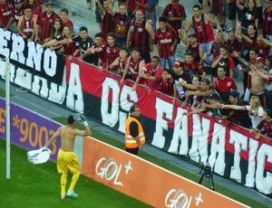 Goleiro Santos joga camisa para a torcida do Atlético-PR (Foto: Monique Silva)