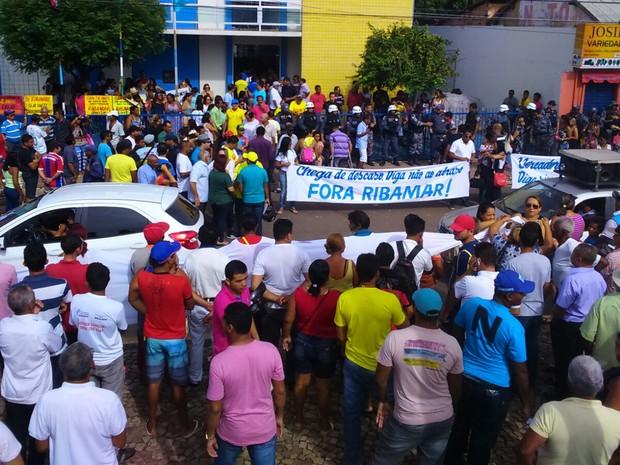 População pede saída do prefeito de Santa Inês (MA), Ribamar Alves, do poder (Foto: Hudson Braz / TV Mirante)