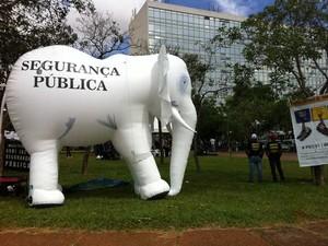 Elefante inflável usado em manifestação da Polícia Federal em frente ao Ministério da Justiça (Foto: Isabella Formiga/G1)