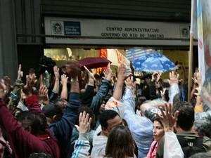 Um grupo de professores estaduais realizam protesto em frente à sede administrativa do governo estadual, no Rio de Janeiro (RJ), nesta quarta-feira (04) (Foto: Ale Silva/Futura Press/Estadão Conteúdo)