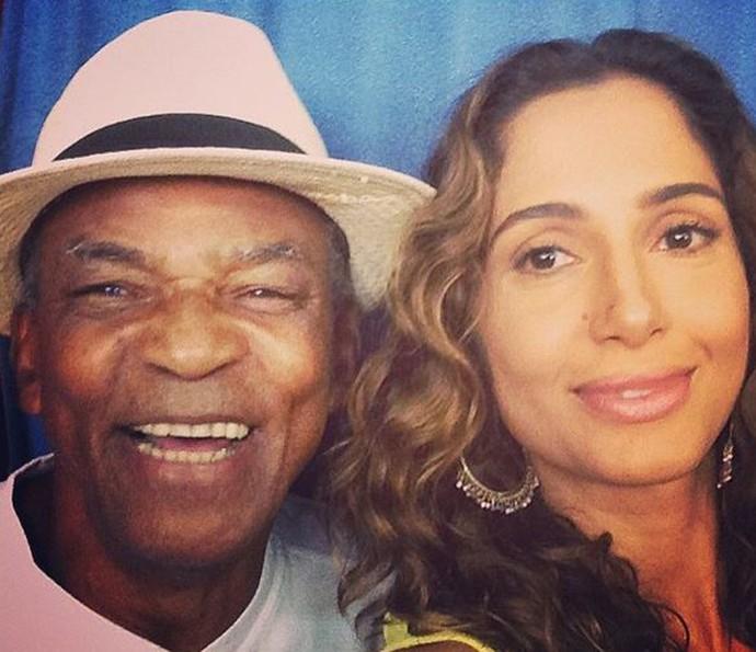 Camila Pitanga posa com o pai Antônio Pitanga (Foto: Arquivo Pessoal )