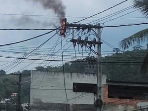 Poste pega fogo no bairro Japuíba, em Angra dos Reis, RJ (Foto: Leo Andrade Santiago/Arquivo Pessoal)
