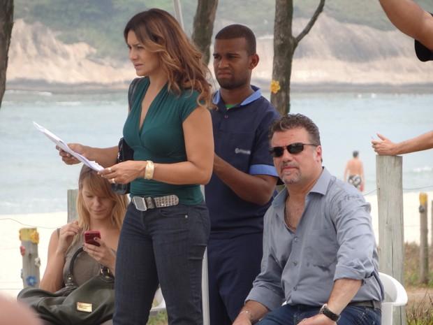 Enquanto a intérprete de Lucimar estuda o texto em intervalo, Carol Dieckmann confere o celular (Foto: Salve Jorge/TV Globo)
