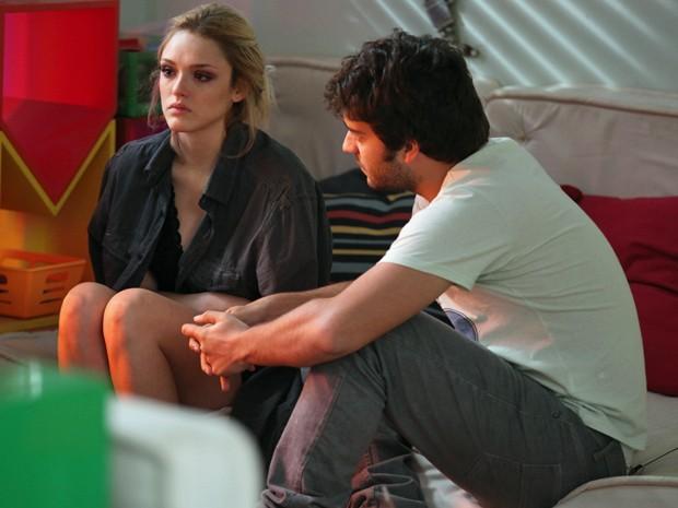 Megan conta o que aconteceu e Davi sente orgulho da namorada  (Foto: Pedro Curi / TV Globo)