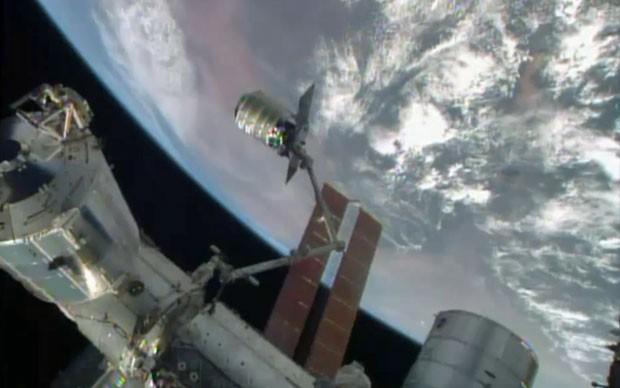 Imagem da Nasa mostra o transportador Cygnus  (Foto: Nasa-TV/AP)