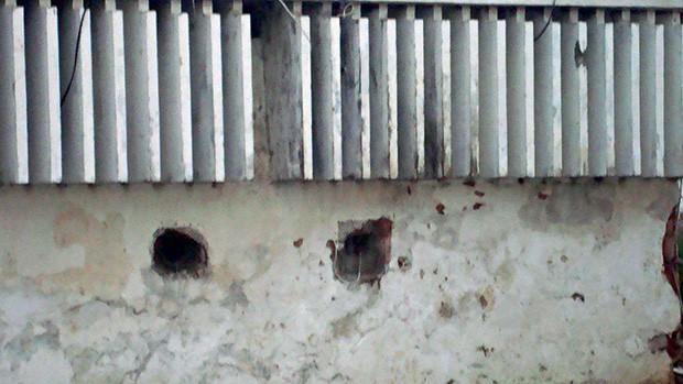 Buracos entre muros para troca  de armas e  de drogas (Foto:  )