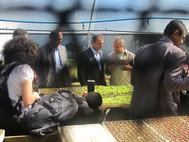 O governador Sergio Cabral e o vice-goverandor Luiz Fernando Pezão conhecem a estufa da horta do Centro Dom Bosco (Foto: Alba Valéria Mendonça)