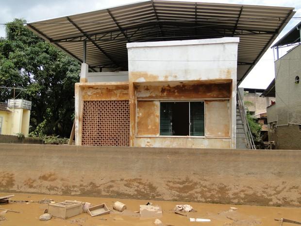 Marcas em parede de casa mostram altura da água na enchente do RIo Xopotó, em Guidoval (Foto: Alex Araújo / G1 MG)