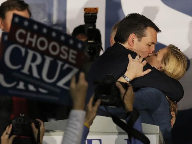 O pré-candidato republicano Ted Cruz dá um beijo em sua mulher, Heidi Cruz, após ser declarado vencedor do caucus de seu partido em Iowa, na cidade de Des Moines, na noite de segunda-feira (1º) (Foto: Jim Young/Reuters)