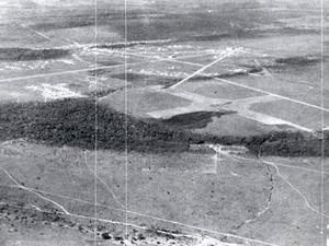 Vista do antigo Aeroporto de Goiânia, Goiás, em 1937. No local hoje está a Praça do Avião. (Foto: Eduardo Bilemjian/ Divisão de Patrimônio Histórico da Secretaria de Cultura de Goiânia)