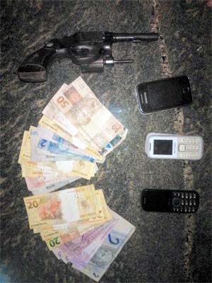 Polícia encontrou uma arma, celulares e dinheiro com os suspeitos (Foto: Divulgação/Polícia Militar do RN)