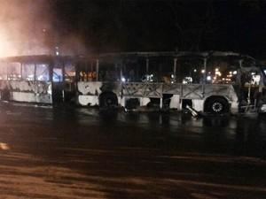 Ônibus avaliado em R$ 1,3 milhão ficou completamente destruído (Foto: Foto: Rafael Mohn/VC no G1)