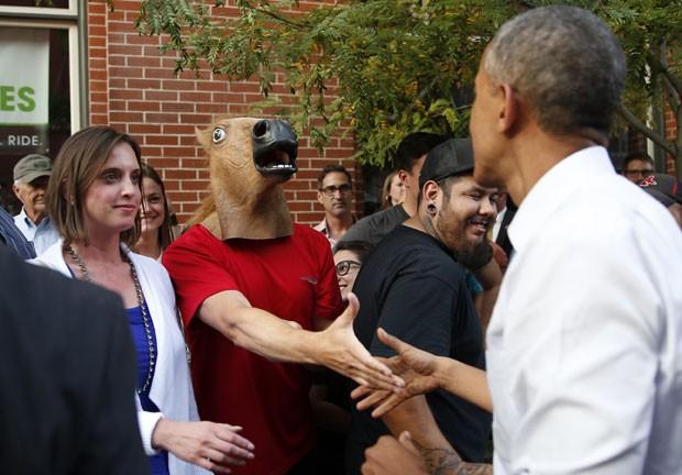 Um homem com cabeça de cavalo chamou atenção na terça-feira (8) ao ser fotografado em Denver, no estado do Colorado, cumprimentando o presidente dos EUA, Barack Obama (Foto: Kevin Lamarque/Reuters)