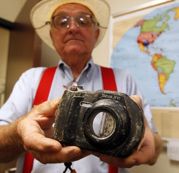 Tom Linton encontrou em praia câmera subaquática perdida havia quase 1 ano (Foto: Jennifer Reynolds/Galveston County Daily News/AP)