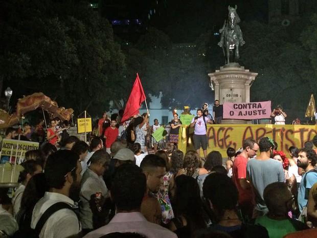 Ato carnavalesco contra o impeachment foi realizado no Centro do Rio de Janeiro (Foto: G1)