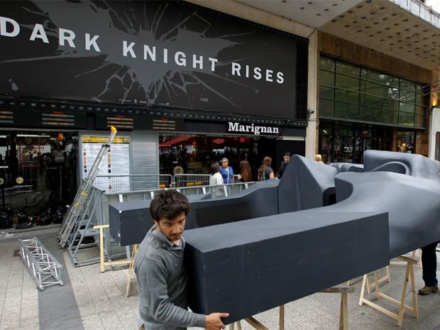 Máscara de Batman é retirada da frente de cinema em Paris, onde aconteceria pré-estreia do longa. A sessão foi cancelada após tragédia em uma sala nos Estados Unidos (Foto: AP/Jacques Brinon)