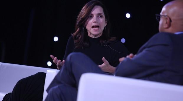 Beth Comstock, ex-vice-presidente da General Electric, fala durante evento do varejo em Nova York (Foto: Divulgação)