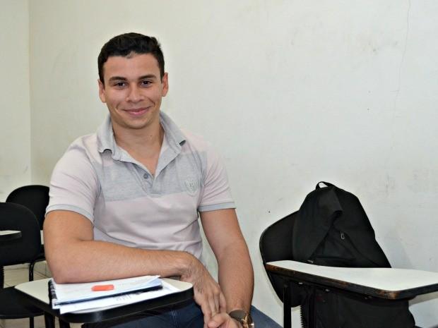 Marcelo de Souza, de 17 anos, diz que vai apostar em barras de cereal para não ficar com fome (Foto: Caio Fulgêncio/G1)