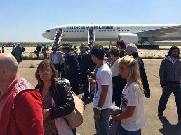 Passageiros da Turkish Airlines desembarcaram sem saber da ameaça de bomba (Foto: Reprodução/Twitter/Sergio Santos)