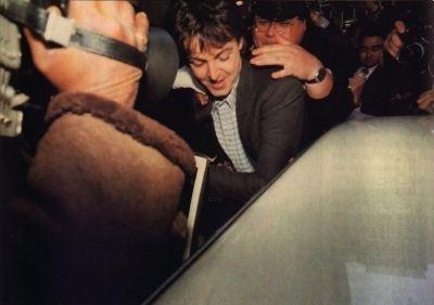 Paul McCartney sendo levado pela polícia japonesa (Foto: Divulgação)