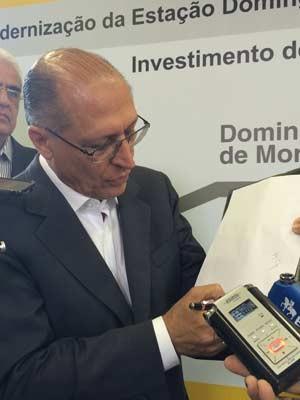 Alckmin desenha esquema do sistema Cantareira (Foto: Amanda Previdelli/G1)