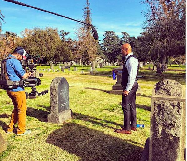 O ator Dwayne The Rock Johnson gravando uma cena de série em um cemitério e lembrando da tentativa de suicídio de sua mãe (Foto: Instagram)