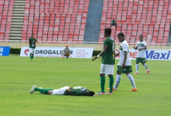 Uberlândia Esporte Clube, Gabriel Davis, meia, Parque do Sabiá, caído (Foto: Gullit Pacielle)