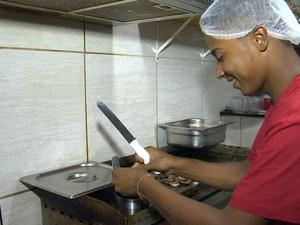Lucas conseguiu uma oportunidade como chapeiro em um restaurante (Foto: Reprodução / TV Gazeta)