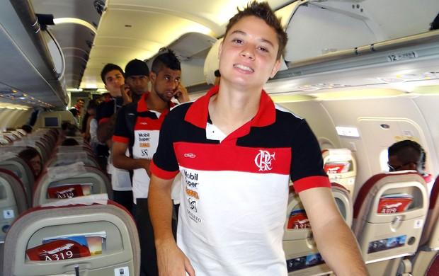 Adryan no avião - viagem a São Paulo (Foto: Alexandre Vidal / Fla Imagem)