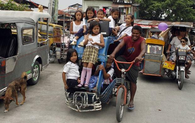 Veículo 'pedicab' foi flagrado superlotado na região de Manila, nas Filipinas. (Foto: Erik De Castro/Reuters)