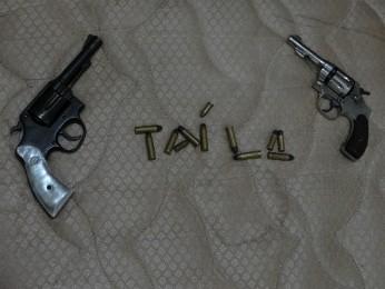 Outra foto mostra nome escrito com munição de revólver em meio às armas (Foto: Polícia Militar / Divulgação)