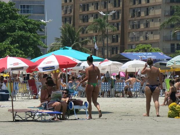Moradores ficam debaixo do guarda-sol para se 'fugir' do calor (Foto: Rodrigo Martins/G1)