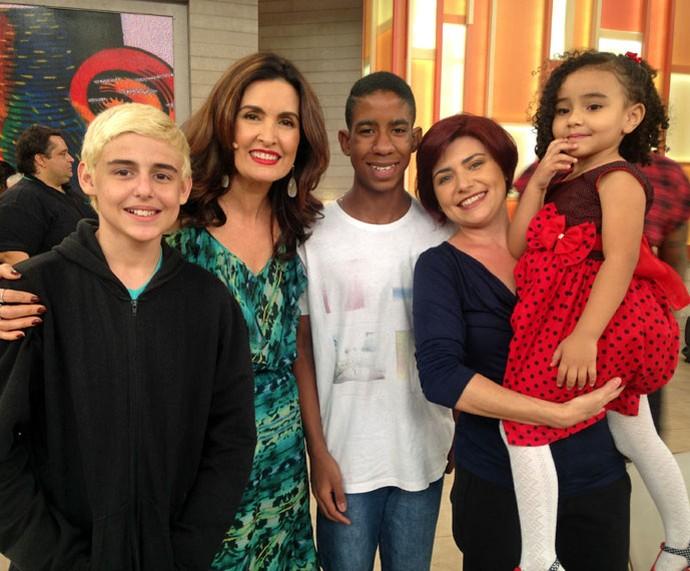Fátima com família convidada do programa  (Foto: Carolina Morgado/Gshow)