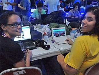 Raisa e Victoria estão curtindo a Campus Party (Foto: Gabriela Alcântara/G1)
